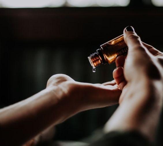 Hieroja aloittaa aromahieronnan valitsemalla asiakkaalle sopivan eteerisen öljyn.