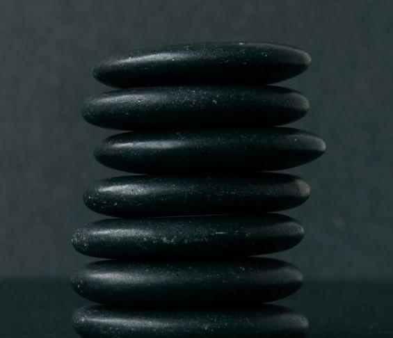 Hot stones -kuumakivet, joita käytetään hieronnassa.