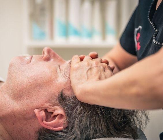 Hieroja tekee intialaista päähierontaa miehelle Torniossa Sf-clinikenillä.