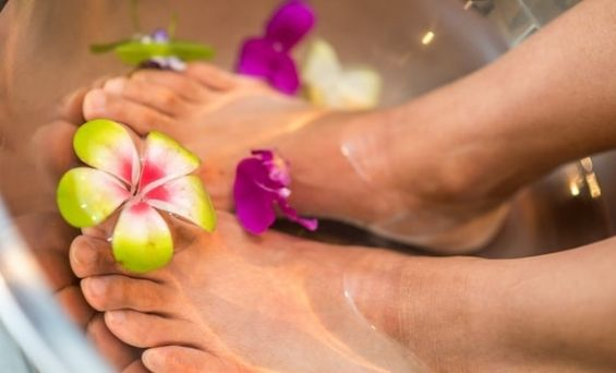 Jalat raikkaassa kylvyssä jalkahoidon aluksi.