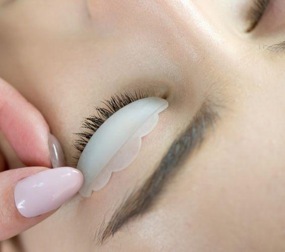 Kosmetologi tekee ripsien kestotaivutusta asiakkaalle Torniossa.