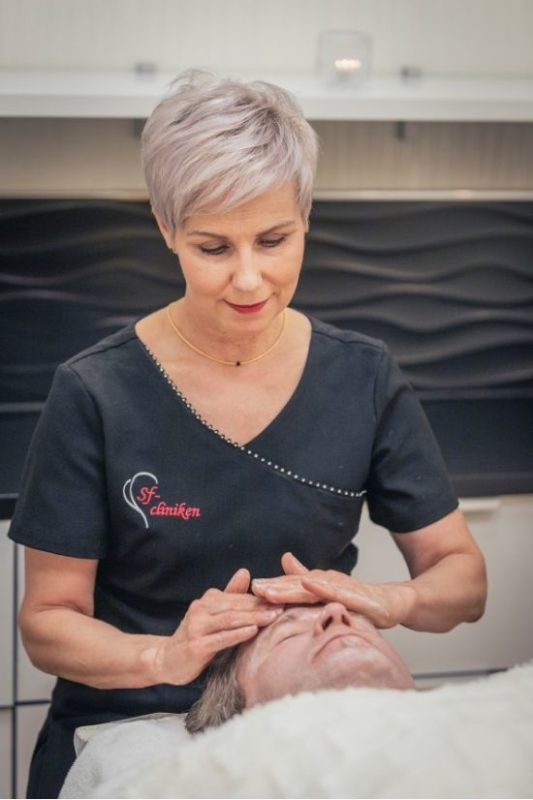 Kosmetologi tekee kasvohoitoa asiakkaalle Sf-clinikenillä Torniossa.